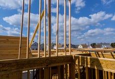 特写镜头新的棍子修建了家庭建设中在木房子下蓝天构筑的结构木框架在家 免版税库存照片
