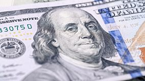 特写镜头新的美国金钱一百元钞票 本杰明・富兰克林画象,我们100美元钞票片段宏指令 免版税库存图片