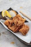特写镜头日语油炸了与烹调纸的Karaage服务与天麸罗调味汁Tentsuyu混合剁碎萝卜的鸡 免版税库存图片