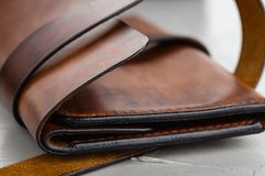 特写镜头时髦的手工制造棕色皮革钱包 库存照片