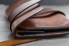 特写镜头时髦的手工制造棕色皮革钱包 免版税库存图片