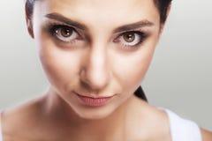 特写镜头是美丽的妇女一张自然画象有大黑眼睛的 专业构成 威胁的神色 幻想照片 免版税库存照片