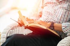 特写镜头更老的人自修的读书课本 免版税库存照片