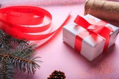 特写镜头有弓的红色和白色当前箱子 圣诞节在桌背景的礼物装饰 免版税图库摄影