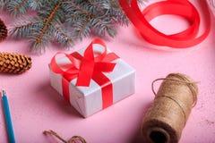 特写镜头有弓的红色和白色当前箱子 圣诞节在桌背景的礼物装饰 免版税库存图片