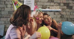 特写镜头有的令人敬畏的少女在家睡衣派对庆祝某人非常愉快和被享用的s生日 影视素材