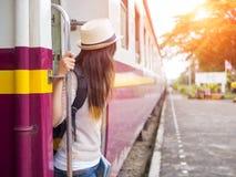 特写镜头有背包的一名美丽的妇女在步 免版税库存照片