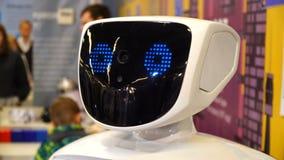 特写镜头机器人面孔 机器人转动的头和神色 现代机器人学技术4k 股票视频