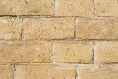 特写镜头构造了黄色大洪水前石工一块石砖的背景  部分地被毁坏的墙壁 砖难看的东西 库存图片
