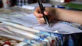特写镜头检查他的朋友名单的视图男孩与圣诞卡 免版税库存照片