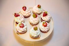 特写镜头棒棒糖、一张桌与甜点和点心在桌上 冲击用可口杯形蛋糕,蛋糕流行音乐,饼干 免版税图库摄影