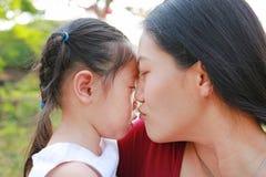 特写镜头母亲怀有她的婴儿在公园哭泣 免版税库存图片