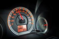 特写镜头汽车仪表板 加速在80 km每个小时 图库摄影