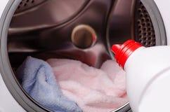 特写镜头洗涤剂或洗液在容器 库存照片