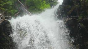 特写镜头瀑布水飞溅反对岩石的,低角度 股票录像