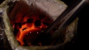 特写镜头点燃水烟筒的方形的煤炭与在慢动作的一个热的螺旋 股票录像
