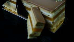特写镜头焦点在多层焦糖蛋糕被切的片断  影视素材