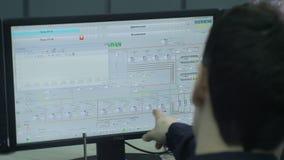 特写镜头熟练工配置在计算机上的节目 影视素材