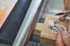 特写镜头牙科技师投入陶瓷对牙插入物 免版税库存图片