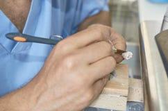 特写镜头牙科技师投入陶瓷对牙插入物 库存图片