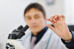 特写镜头现有量男性研究员样品测试 免版税库存照片