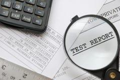 特写镜头玻璃扩大化的报表测试 免版税库存图片