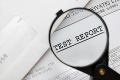 特写镜头玻璃扩大化的报表测试 免版税库存照片