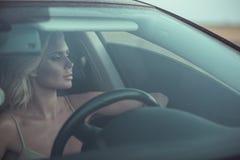 特写镜头画象华美性感被晒黑的白肤金发夫人驾驶 库存图片