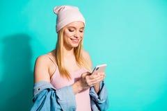 特写镜头画象她她nice-looking可爱的可爱的快乐的爽快使用新的女孩佩带的streetstyle衣物 库存照片
