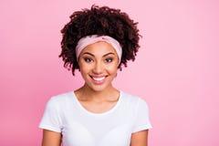 特写镜头画象她她nice-looking有吸引力的可爱的迷人的壮观的亮光快乐的爽快有波浪头发的女孩 免版税库存照片