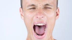 特写镜头画象恼怒,翻倒, depressesd,尖叫年轻的人 免版税库存图片