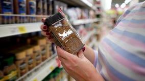 特写镜头白种人妇女近的商店在杂货市场上搁置选择速溶咖啡 股票录像