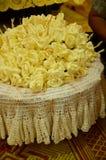特写镜头白色和黄色檀香木为葬礼ceremo开花 免版税库存照片