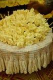 特写镜头白色和黄色檀香木为葬礼ceremo开花 库存图片