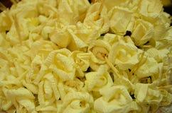 特写镜头白色和黄色檀香木为葬礼ceremo开花 库存照片