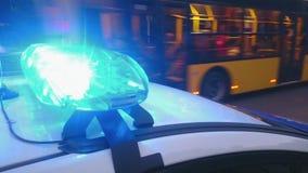 特写镜头眨眼睛闪光灯在警车,蓝色lightbar,紧急情况点燃 影视素材