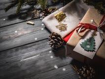 特写镜头礼物和在黑暗的委员会的一只圣诞老人` s红色袜子 免版税图库摄影