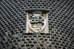 特写镜头窗口和Sforza象征细节防御,其中一个主要地标和米兰的旅游胜地,意大利 库存图片