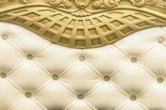 特写镜头米黄织品布置了床头板有按钮纺织品背景,减速火箭的时髦的卧室家具与 免版税库存图片