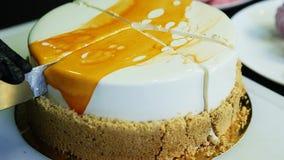 特写镜头糖果商由刀子明亮的奶油甜点蛋糕的手裁减 影视素材