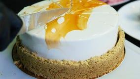 特写镜头糖果商由刀子白色奶油甜点蛋糕的手裁减 股票录像