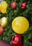 特写镜头红色中看不中用的物品圣诞树礼物盒气球星 免版税库存照片