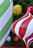 特写镜头红色中看不中用的物品圣诞树礼物盒气球星 免版税库存图片