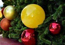 特写镜头红色中看不中用的物品圣诞树礼物盒气球星 免版税图库摄影