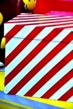 特写镜头红色中看不中用的物品圣诞树礼物盒气球星 库存图片