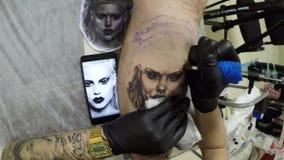 特写镜头纹身花刺大师画在客户手上的女孩面孔 影视素材