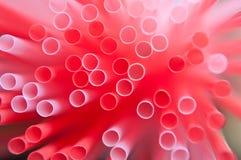 特写镜头组粉红色塑料红色秸杆 免版税库存照片