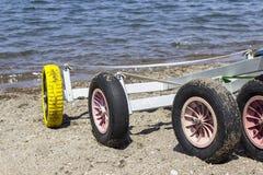 特写镜头细节射击了在海滩的小游艇风船轮子在Lesvos, Petra 免版税库存图片