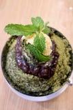 特写镜头绿茶和豆沙在木桌上的Bingsu 库存照片