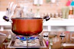 特写镜头罐厨房在煤气炉的豪华烹调和平底锅 图库摄影